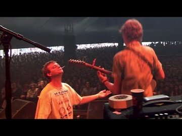 Mac DeMarco lets Thijs play guitar on 'Freaking Out The Neighbourhood' at Lowlands 2017