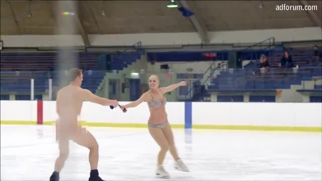 Figure skaters on the rink butt naked (French)